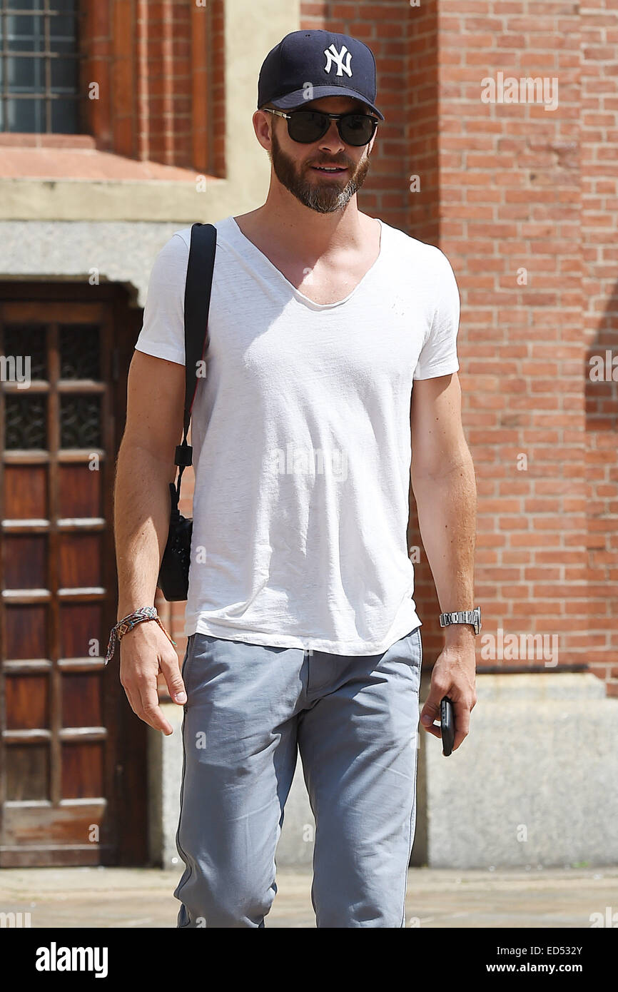 Chris Pine dressed casually wearing a New York Yankees baseball cap and  white t-shirt f3518149b75