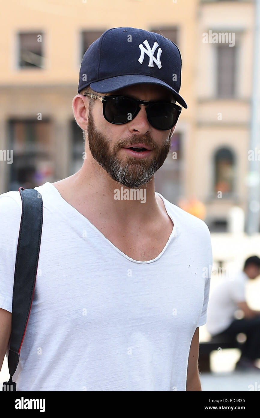 Chris Pine dressed casually wearing a New York Yankees baseball cap and  white t-shirt and jeans 3998628a5e4