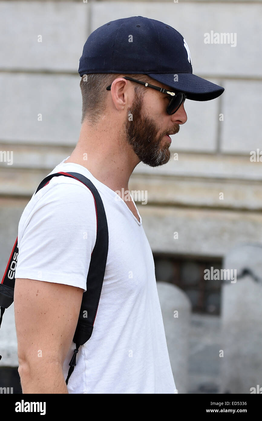 89b27fea215 Chris Pine dressed casually wearing a New York Yankees baseball cap and  white t-shirt and jeans