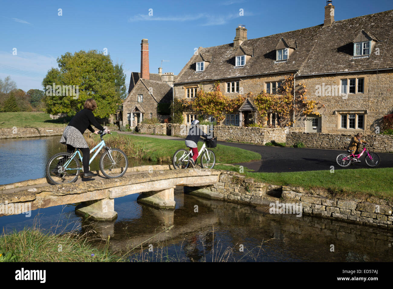 Stone bridge and Cotswold stone cottages on the River Eye, Lower Slaughter, Cotswolds, Gloucestershire, England, - Stock Image