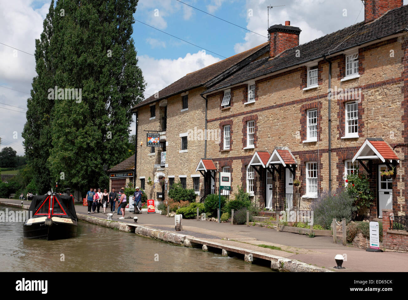 A narrowboat on the Grand Union Canal outside the Stoke Bruerne Canal Museum, Northamptonshire - Stock Image