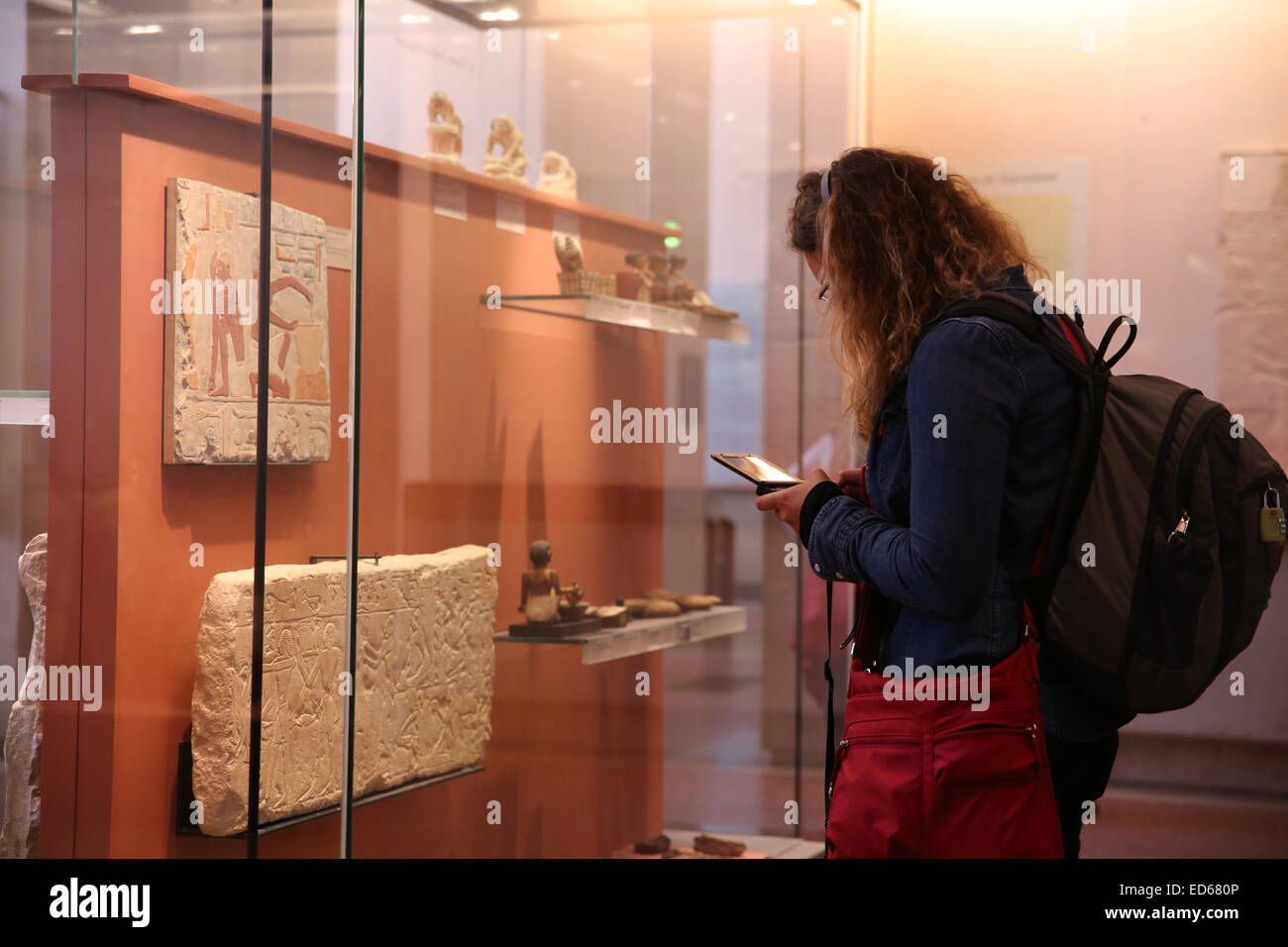 backpacker solo female traveller inside Louvre museum - Stock Image