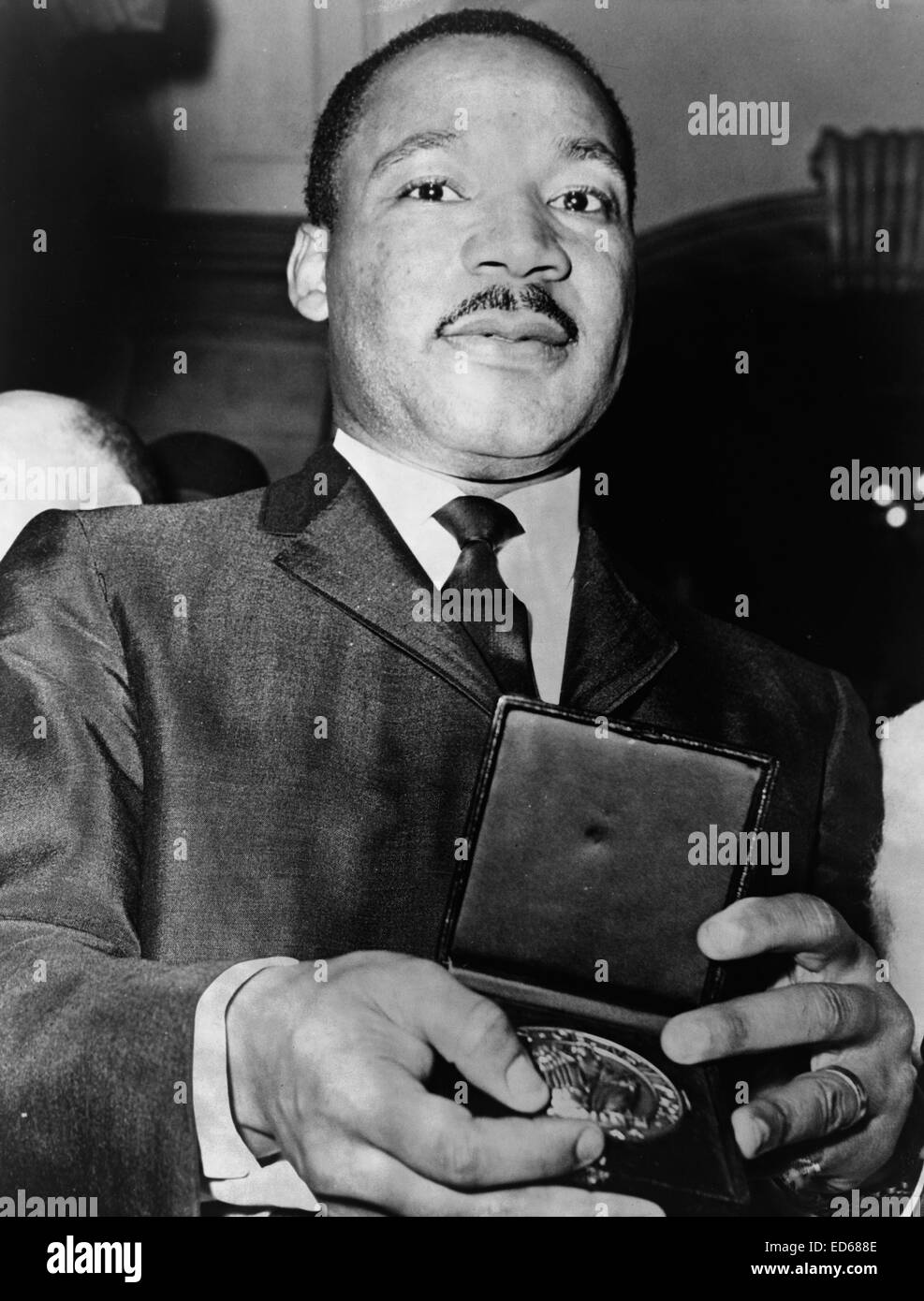 Dr. Martin Luther King showing his medallion received from Mayor Wagner, 1964 - Stock Image