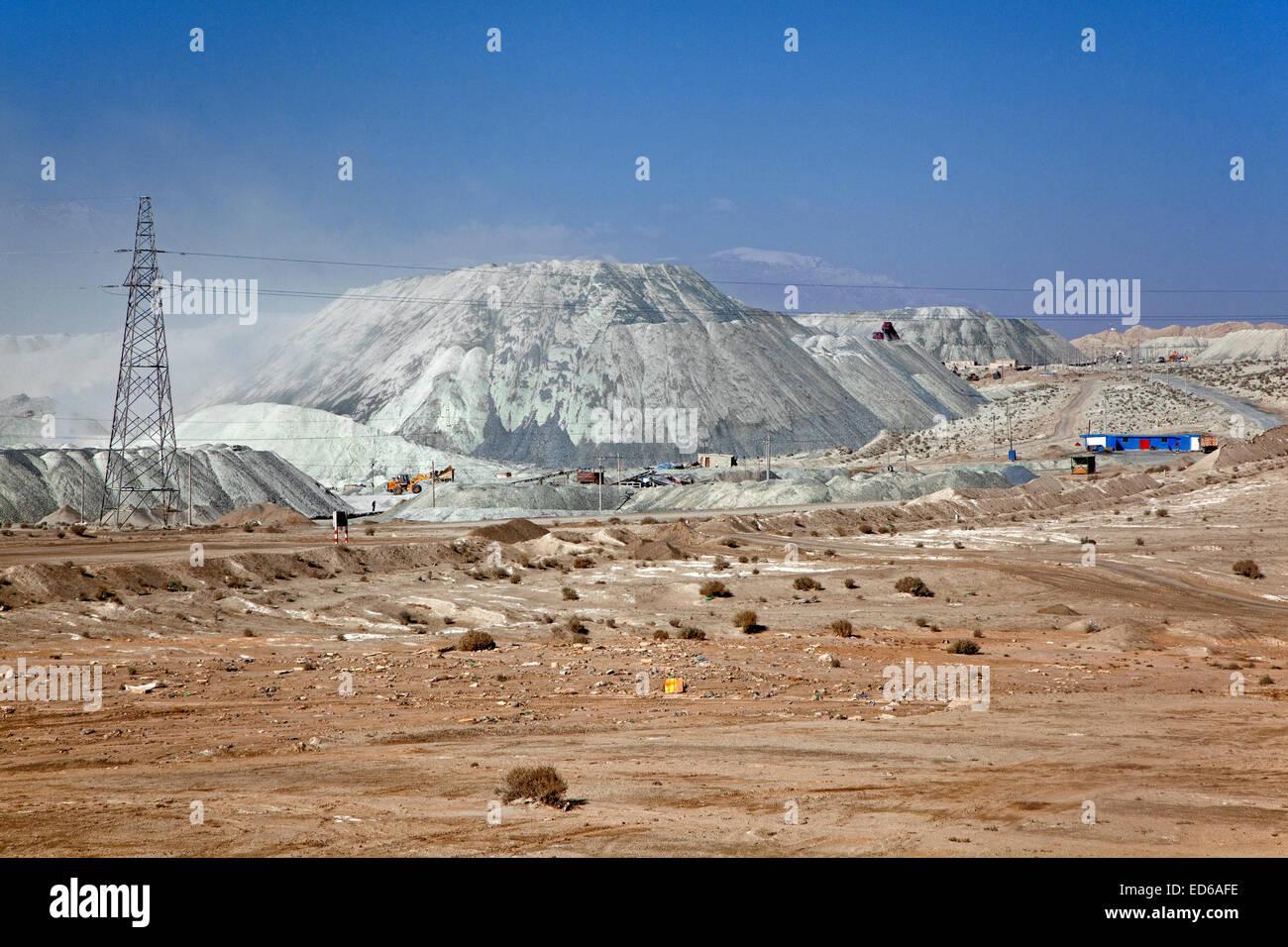 Shimiankuang surface-level asbestos mine at Yitunbulake in the Taklamakan Desert, Qinghai / Tsinghai Province, China - Stock Image