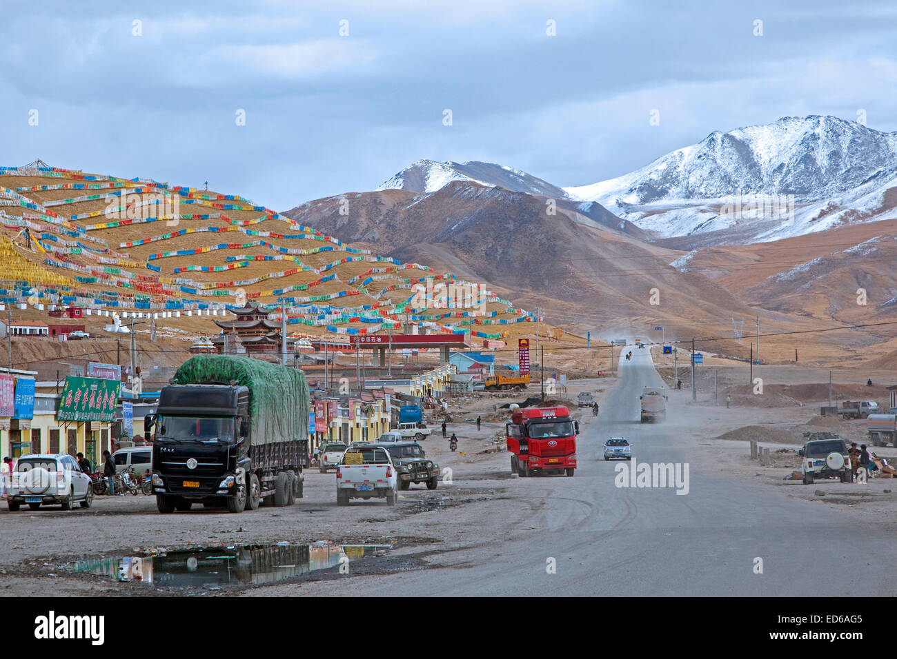 Tibetan prayer flags at settlement along a high road through the Himalayas between Xining and Yushu, Qinghai Province, - Stock Image