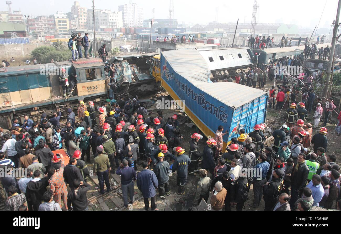 Dhaka, Bangladesh. 29th Dec, 2014. Resuce workers at the scene after at least six people, including a woman, have - Stock Image
