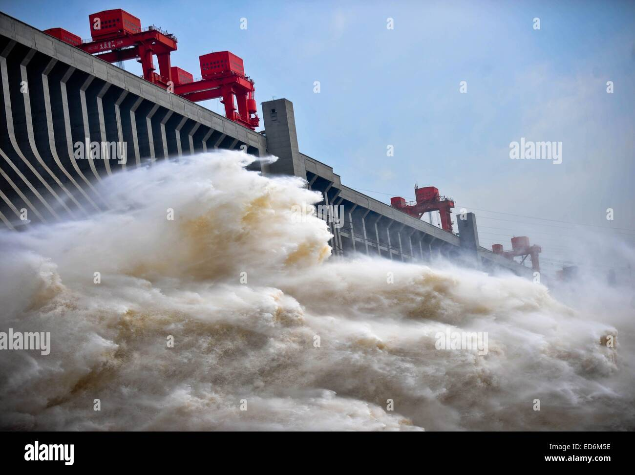 (141230) -- BEIJING, Dec. 30, 2014 (Xinhua) -- File photo taken on July 24, 2012 shows flood water discharging from - Stock Image