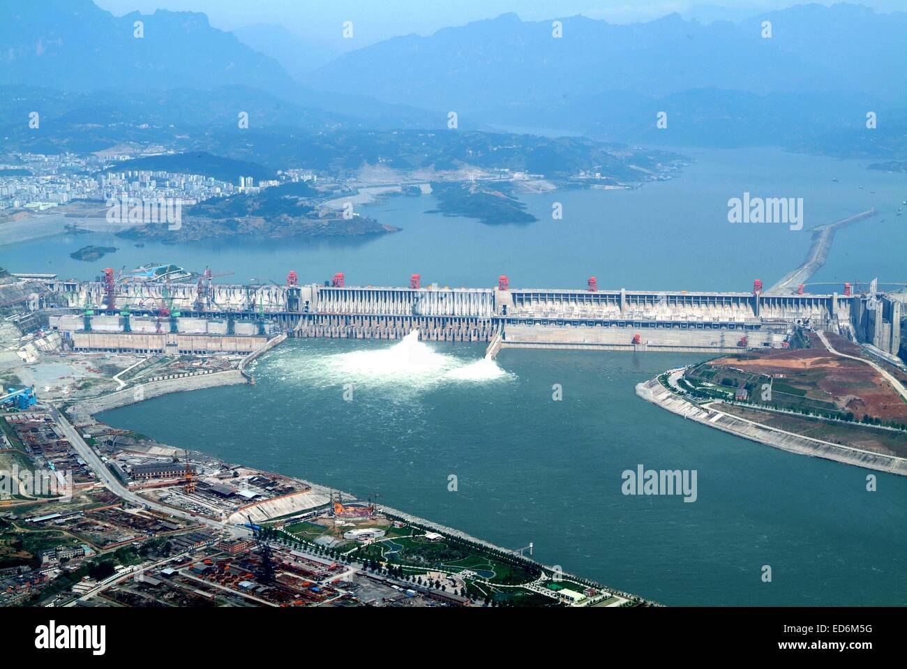 (141230) -- BEIJING, Dec. 30, 2014 (Xinhua) -- File photo taken on May 14, 2006 shows the Three Gorges Dam, a gigantic - Stock Image