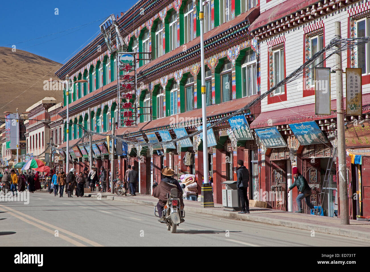 Street with shops in the village Sershu / Serxu, Sichuan Province, China - Stock Image