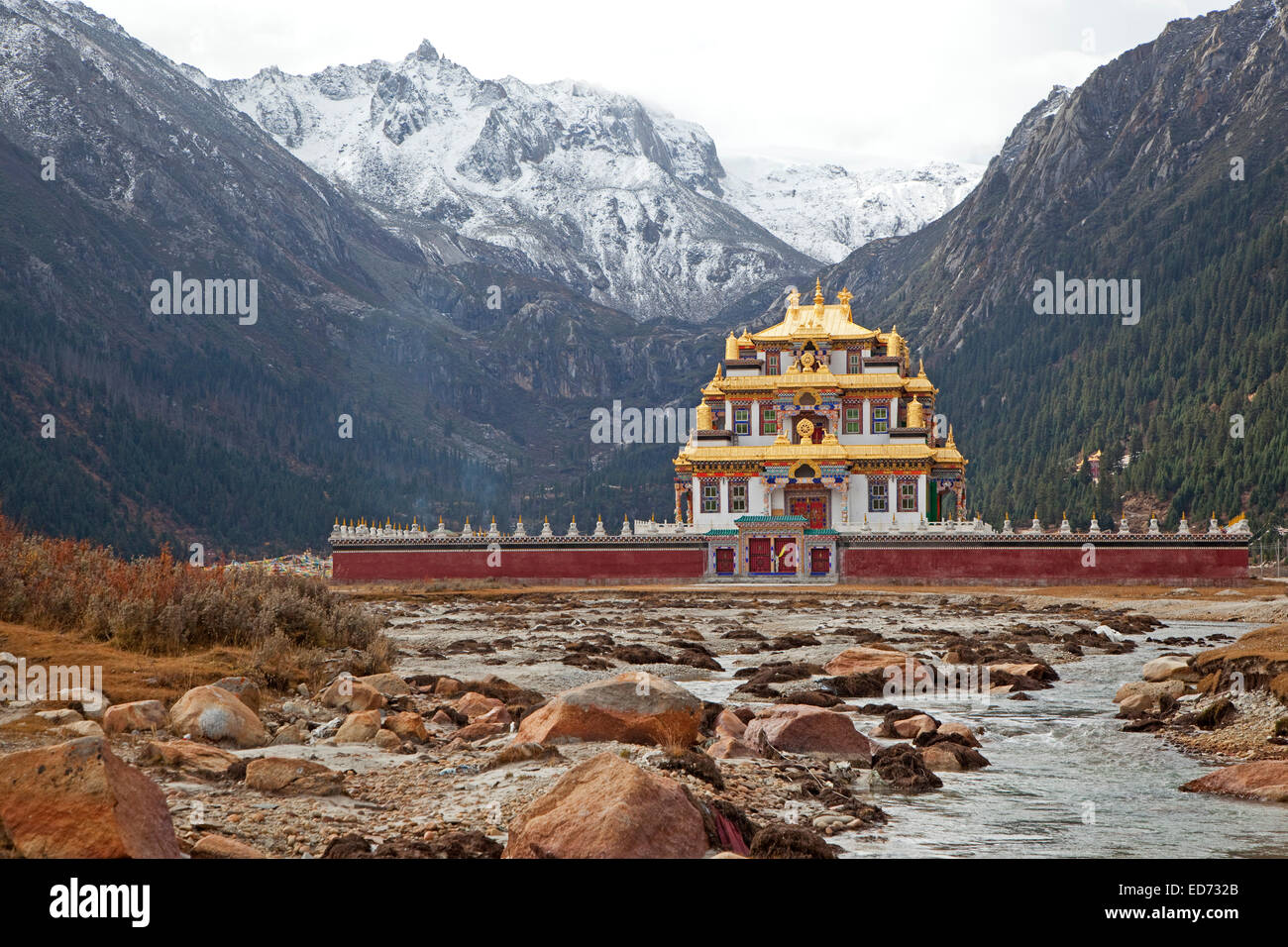 Tibetan temple with golden roof dedicated to Guru Rinpoche near Zhuqing, Sichuan Province, China - Stock Image