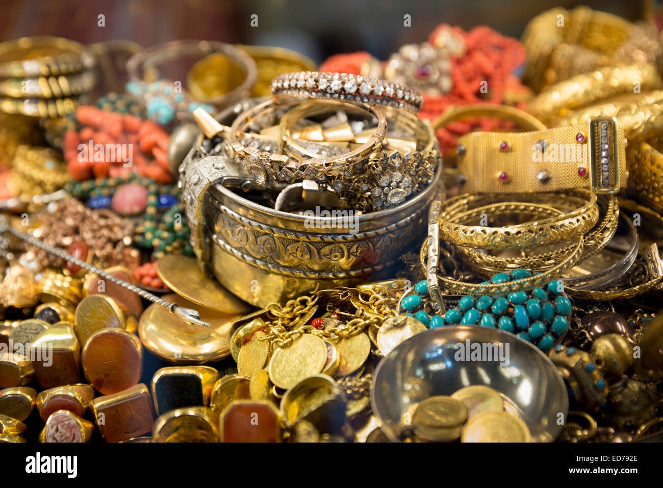 Gold jewelry rings bracelets bangles beads in The Grand Bazaar, Kapalicarsi, great market,  Beyazi, Istanbul, Turkey - Stock Image