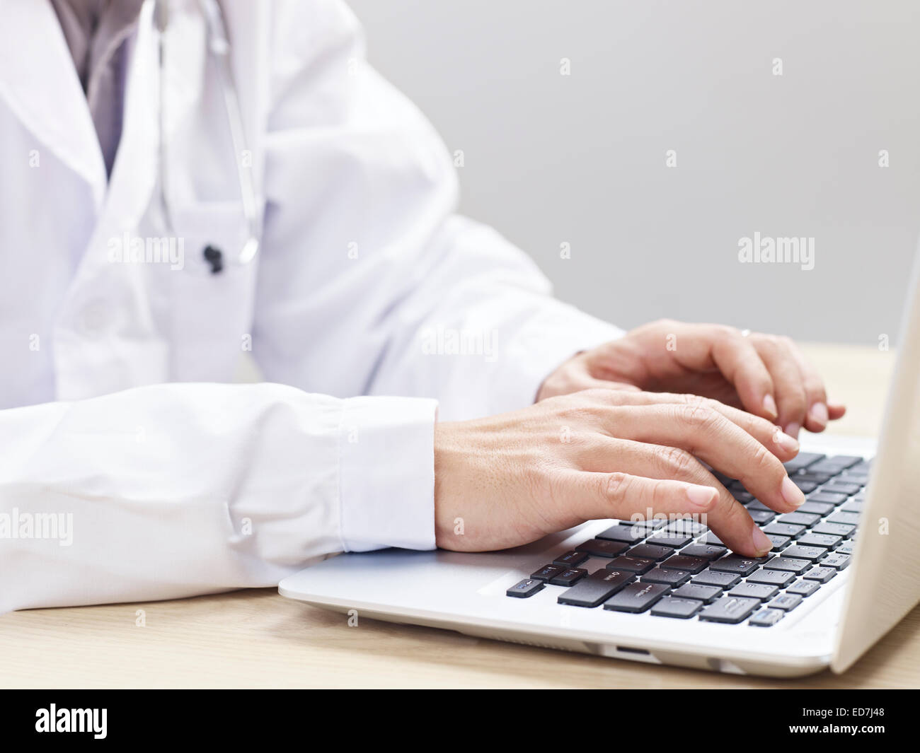 doctor using laptop - Stock Image