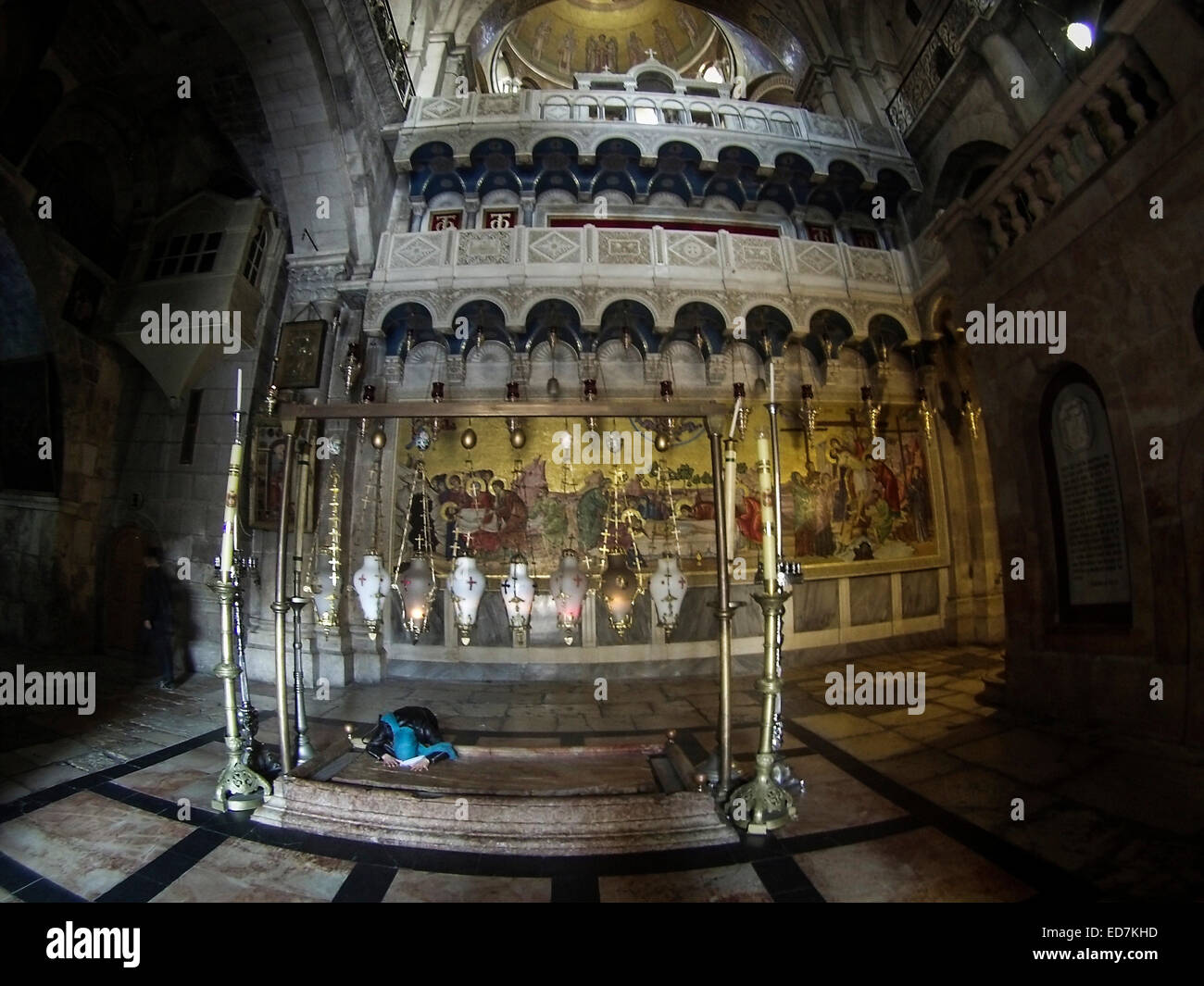 Prayer at entrance to The Church of the Holy Sepulchre, Old City, Jerusalem. - Stock Image