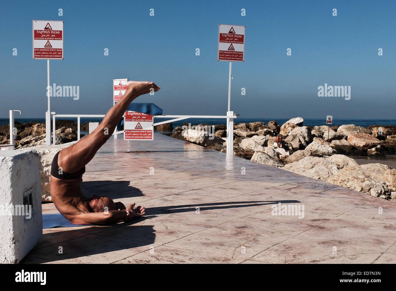 Tel-Aviv, Israel. 31st Dec, 2014. A man exercises at the Hilton Beach. Twenty-two Degrees Centigrade were recorded - Stock Image