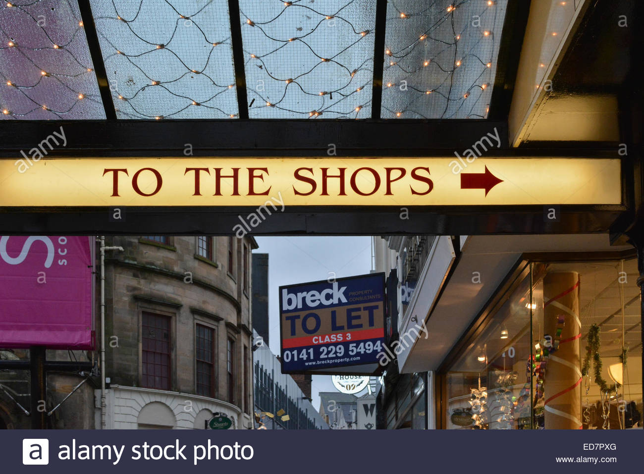 traditional 'TO THE SHOPS' sign and arrow pointing to The Stirling Arcade, King Street, Stirling, Scotland, - Stock Image