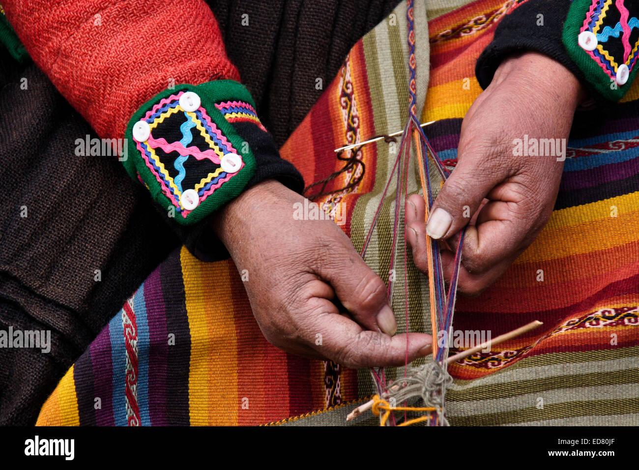 Quechua Indian woman weaving textile, Chinchero, Urubamba Valley, Peru - Stock Image