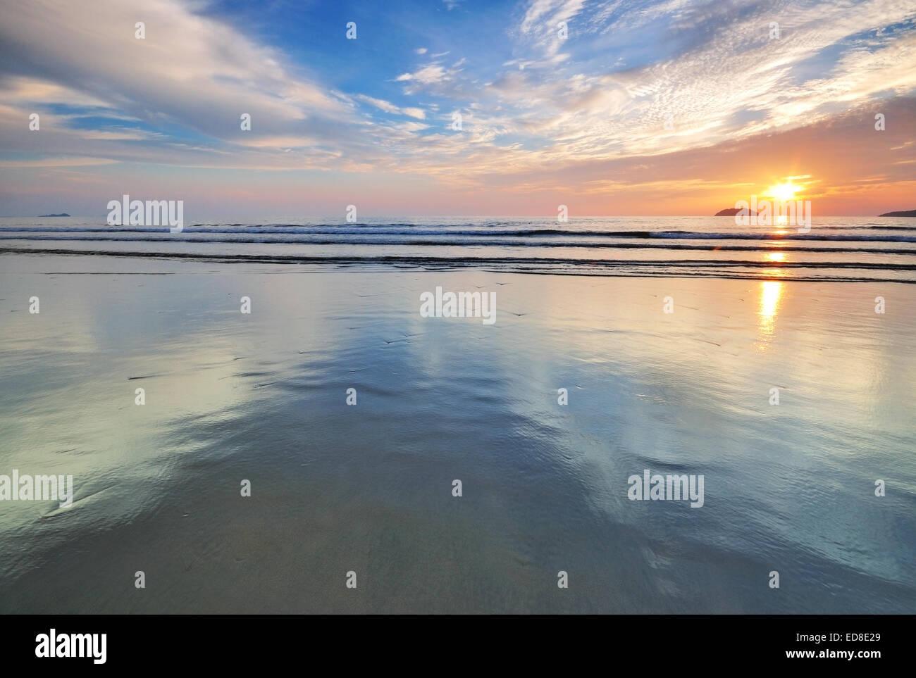 Sunset by the beach in Tanjung Aru Beach, Kota Kinabalu, Sabah Borneo, Malaysia. - Stock Image