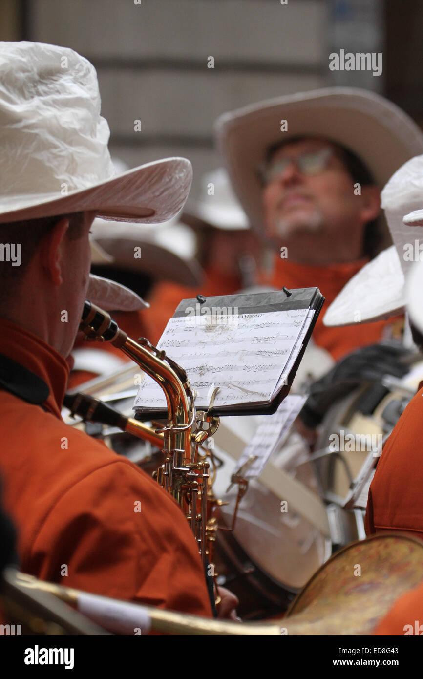London, UK. 1 January 2015. University of Texas Longhorn band members do a final rehearsal ahead of the parade start - Stock Image