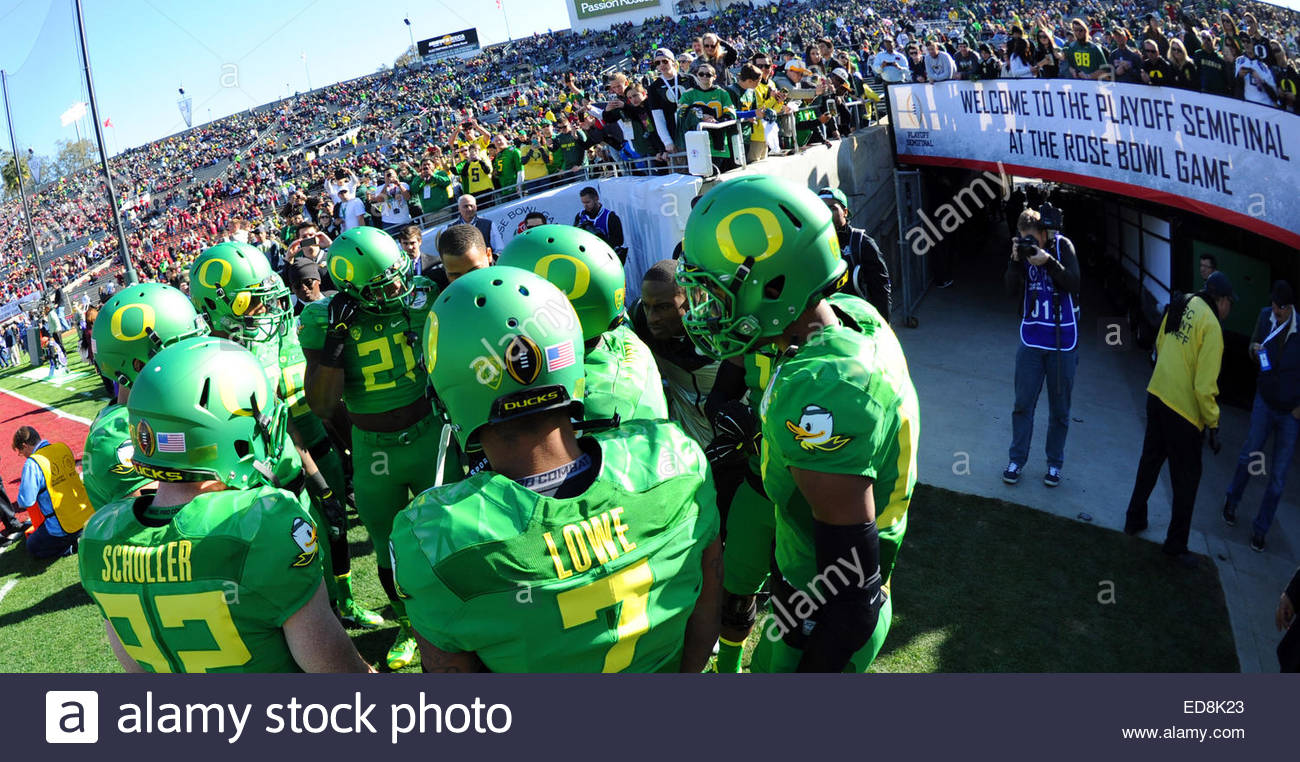 Pasadena, California, USA. 01st Jan, 2015. Oregon Ducks enter the field prior to the 101st Rose Bowl game against - Stock Image