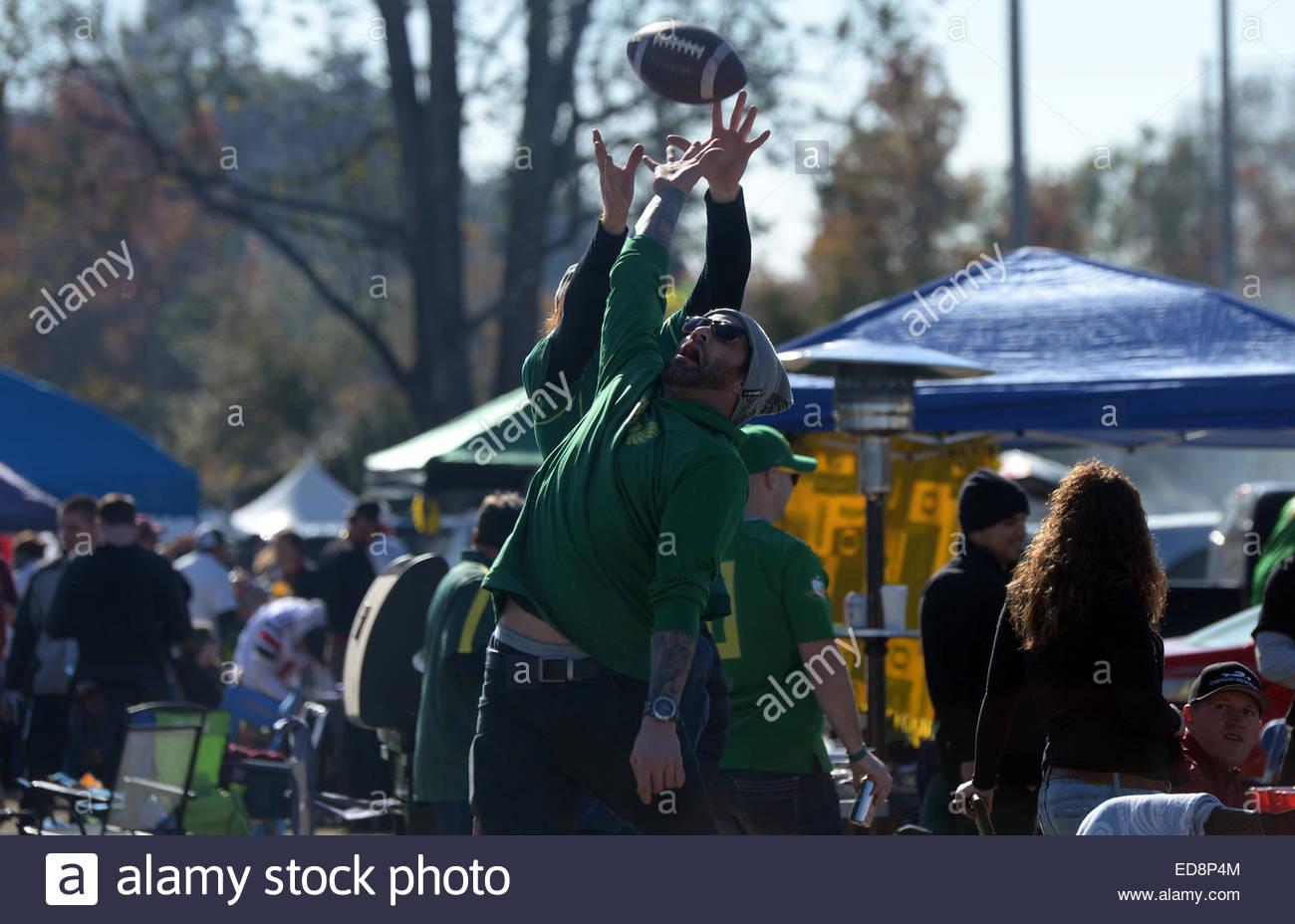 Pasadena, California, USA. 01st Jan, 2015. Oregon Ducks fans Danny Donadio, right, reaches for a football in front - Stock Image
