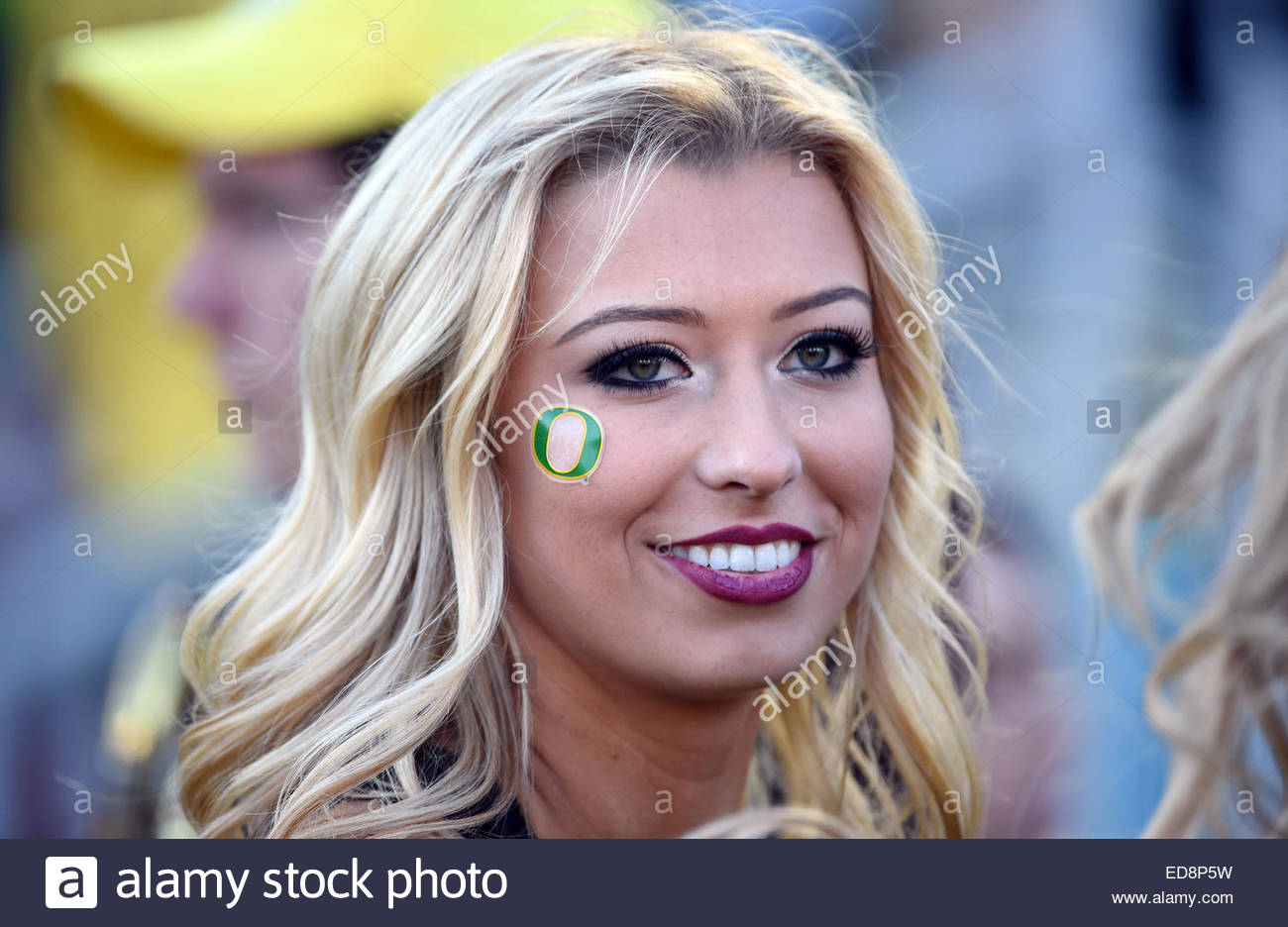 Pasadena, California, USA. 01st Jan, 2015. A Oregon Ducks cheerleader smiles in the first half of the 101st Rose - Stock Image