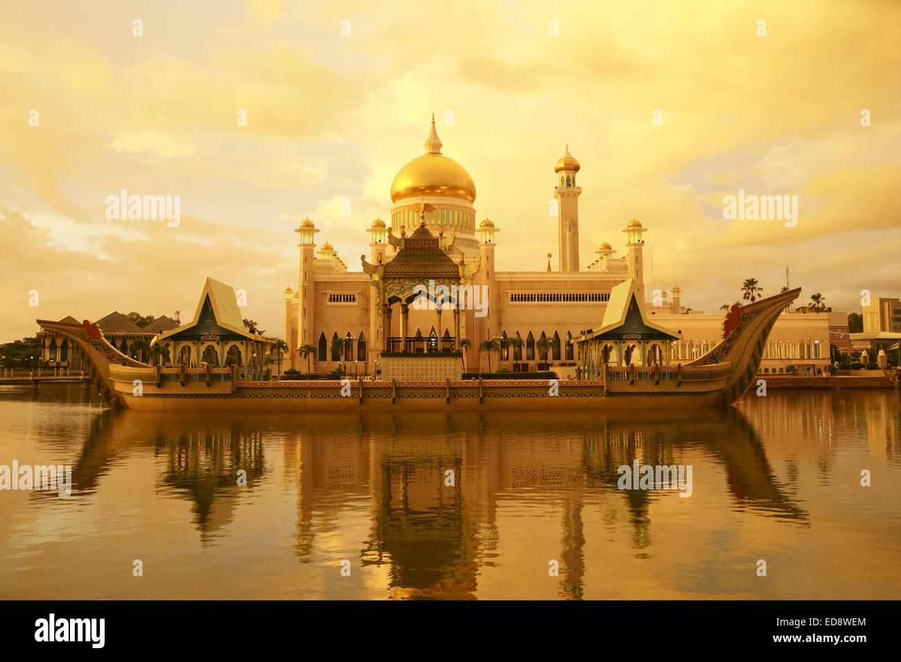 Sunset on the Sultan Omar Ali Saifuddien Mosque, an Islamic mosque located in Bandar Seri Begawan, Brunei. - Stock Image