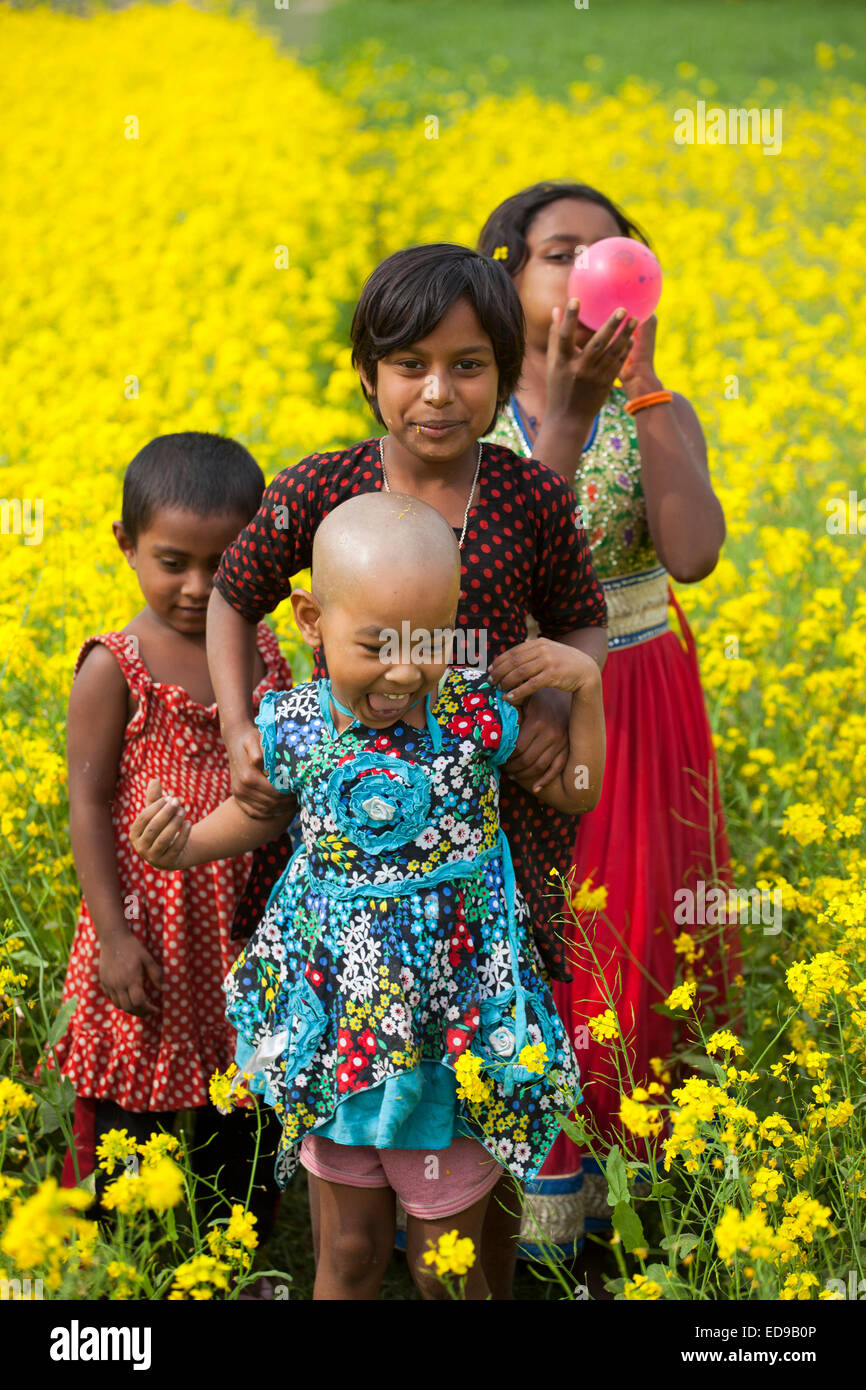 Bangladesh. 02nd Jan, 2015. CHildren playing in mustered field in Bangladesh. As winter deepens in this country - Stock Image