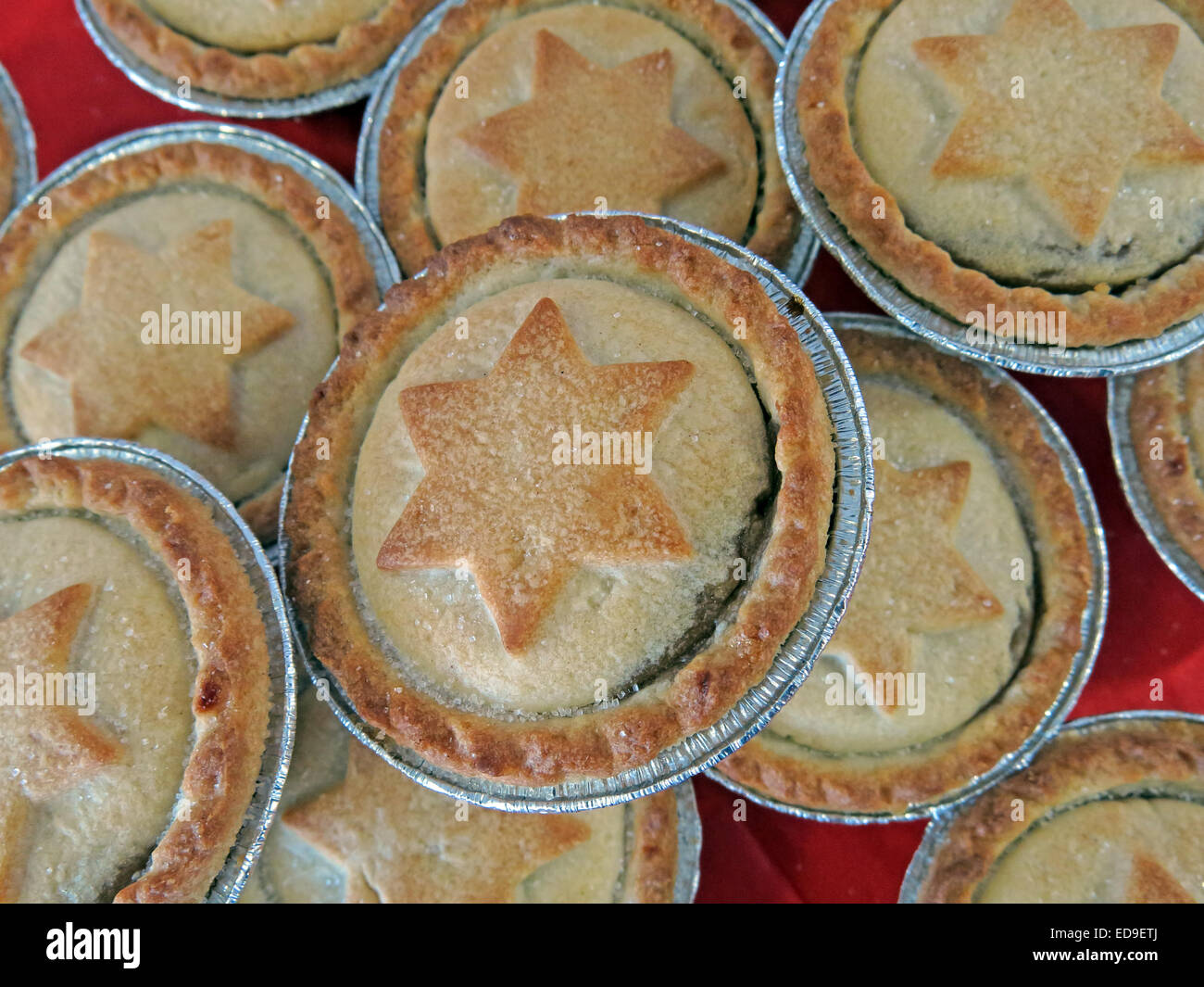 Sweet Mince Pies with Star of David in pastry at Xmas on a red table - Stock Image