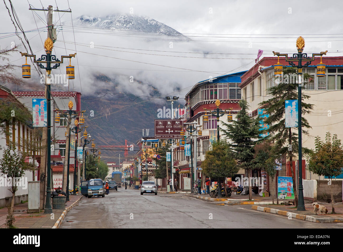 Street in the Tibetan town Dawu, Sichuan Province, China - Stock Image