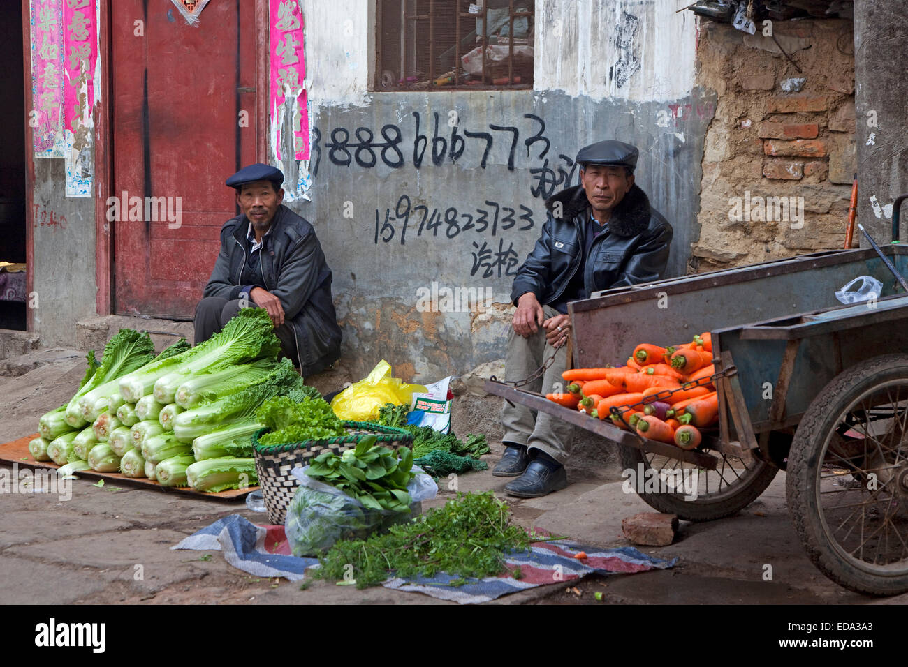 Chinese vendors selling vegetables on the street in the city Zhaotong, Yunnan province, China - Stock Image