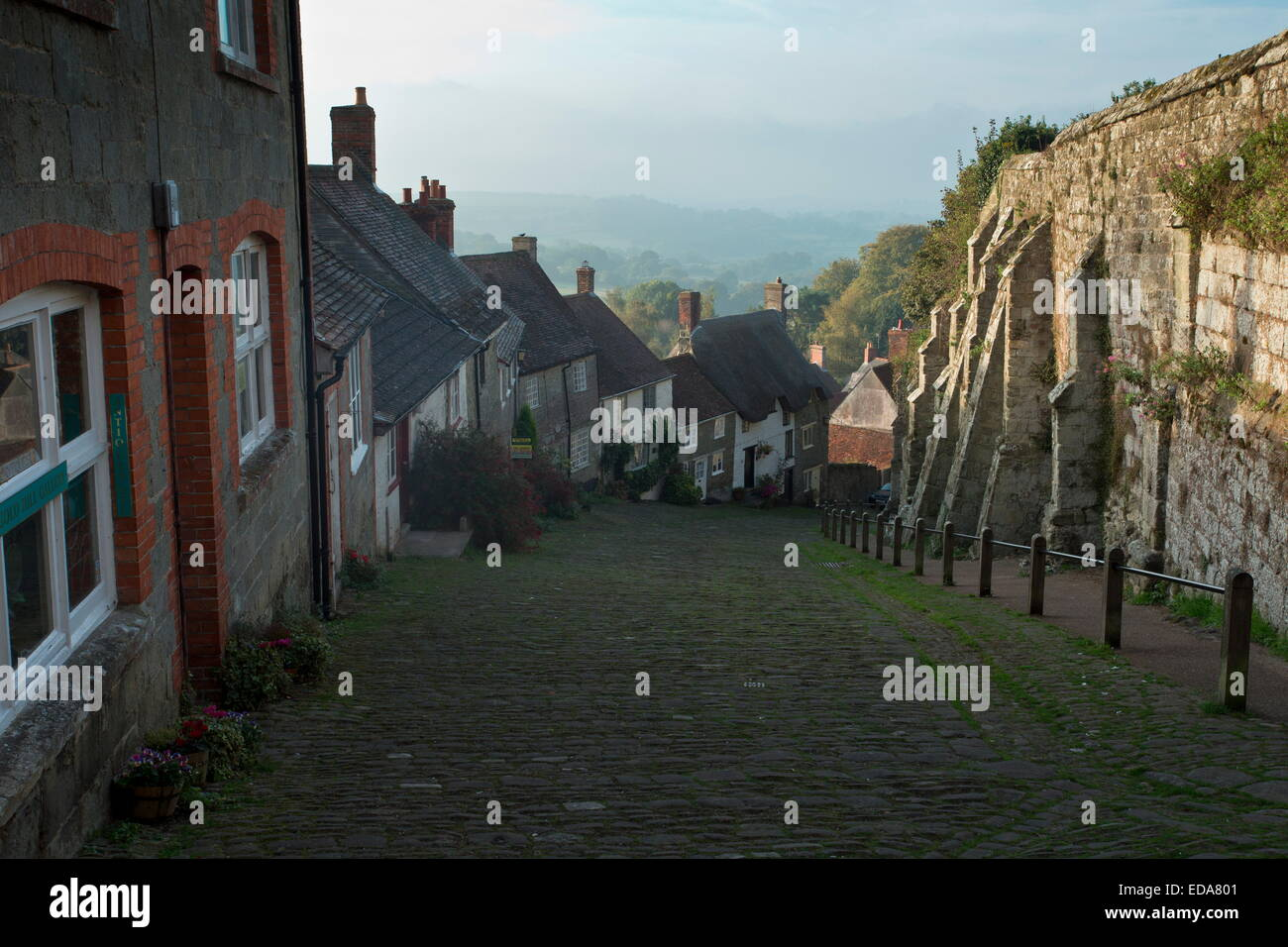Gold Hill, Shaftesbury, view from the top. Old cobbled steep hill in Dorset. - Stock Image