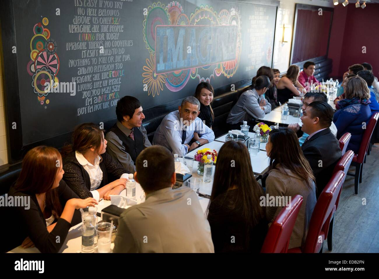 US President Barack Obama and First Lady Michelle Obama have lunch with youth from the Standing Rock Sioux Tribe - Stock Image