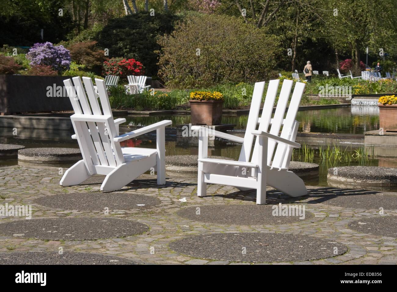 Europa, Deutschland, Hamburg, Planten und Blomen, zwei Gartenstuehle im Park - Stock Image