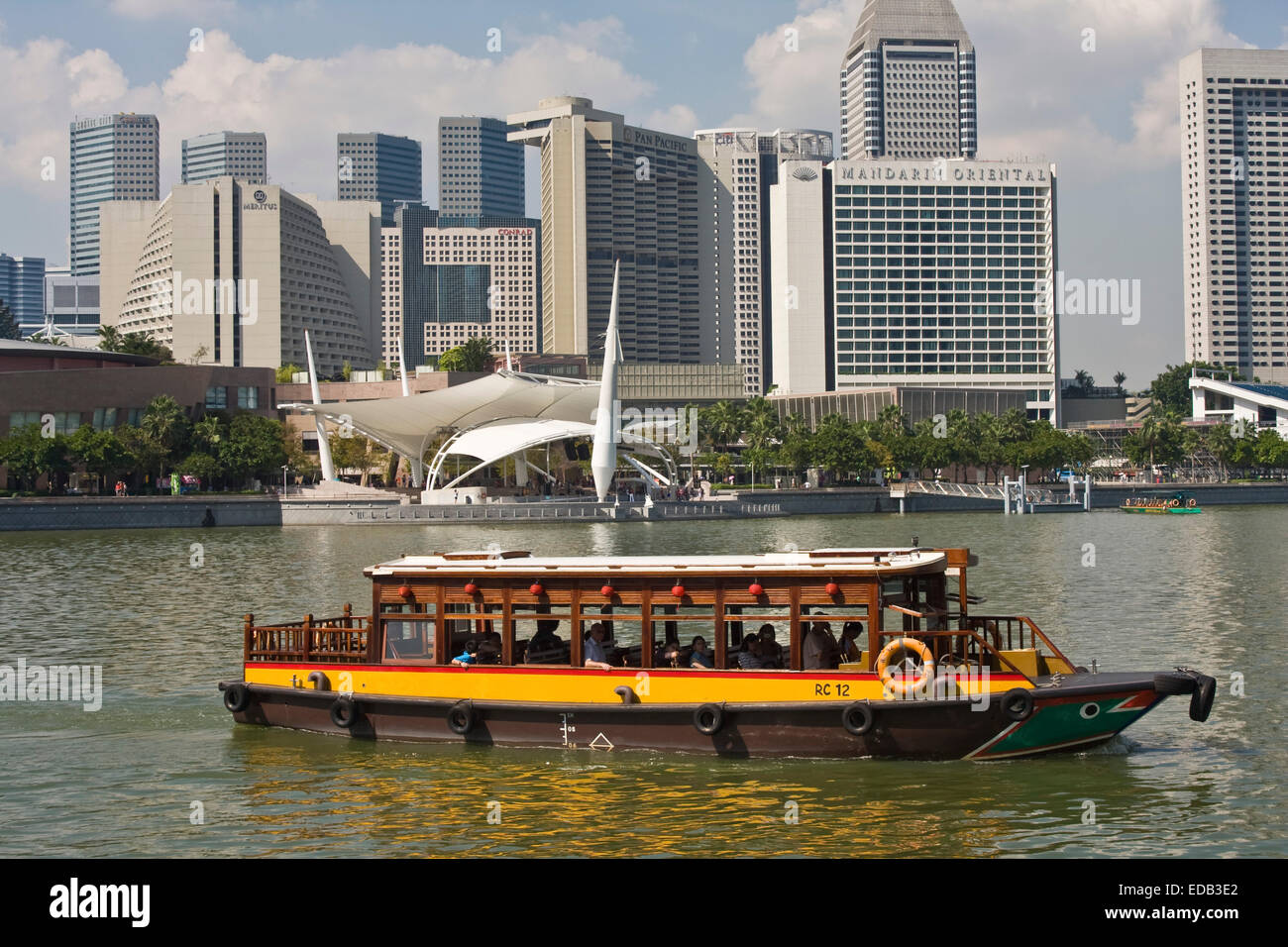 sightseeing boat on the Singapore River, the skyline of Singapore, Marinabay, Esplanade drive, - Stock Image
