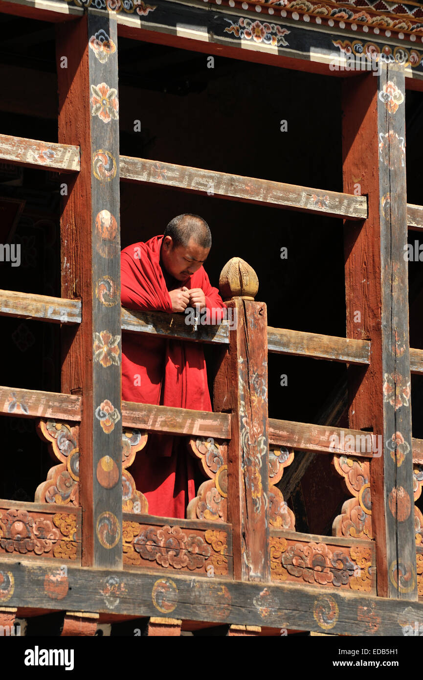Monk on a balcony, Trongsa Dzong, Bhutan - Stock Image