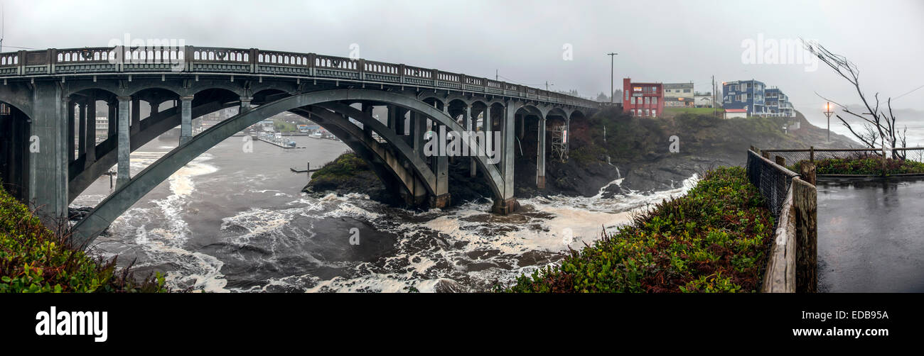 Depoe Bay Bridge designed by Conde McCullough constructed in 1927 in Art Moderne style viewed on a stormy December - Stock Image