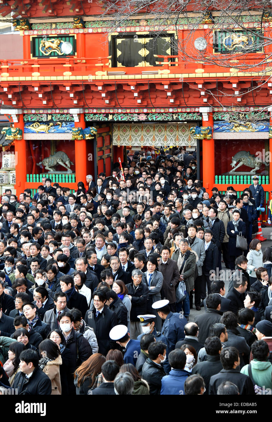 Tokyo, Japan. 5th Jan, 2015. A huge throng of businessmen and women prays for thriving businesses at Kandamyojin - Stock Image