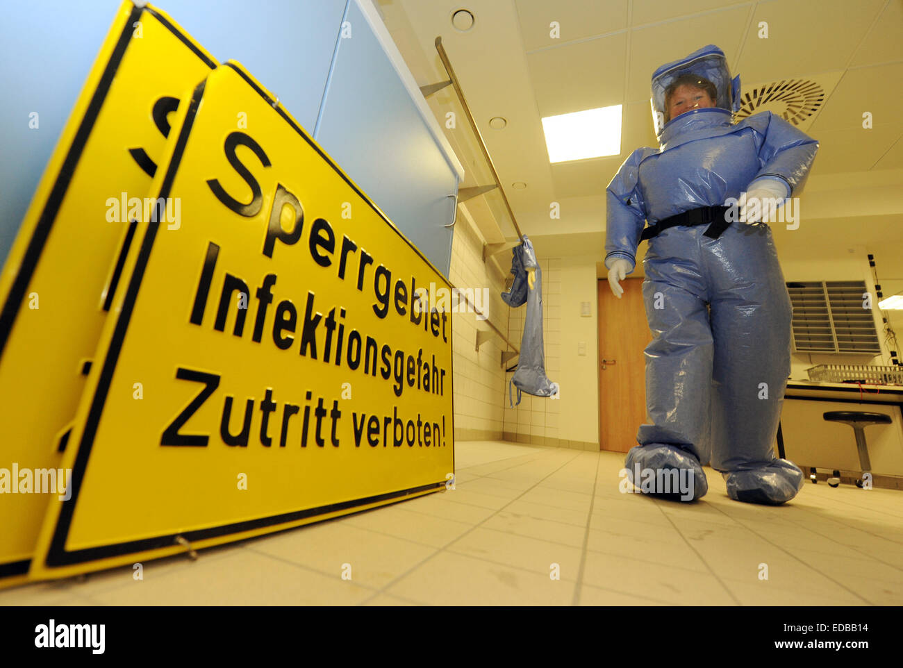 (FILE) - An archive picture dated 08 December 2010 shows a clinic employee wearing a hazmat suit walking past a - Stock Image