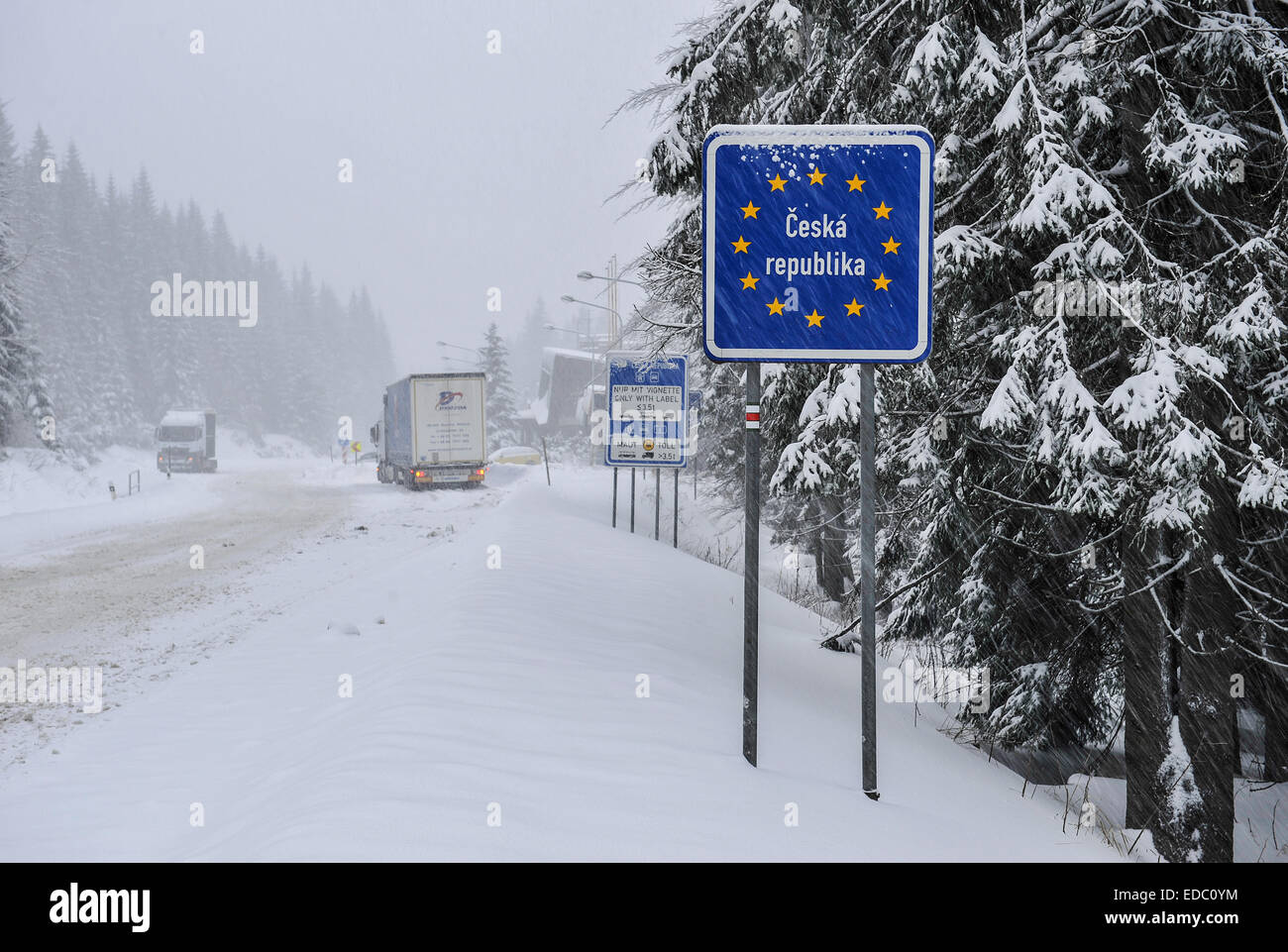 border crossing Harrachov - Jakuszyce, road, snow, camion, lorry - Stock Image