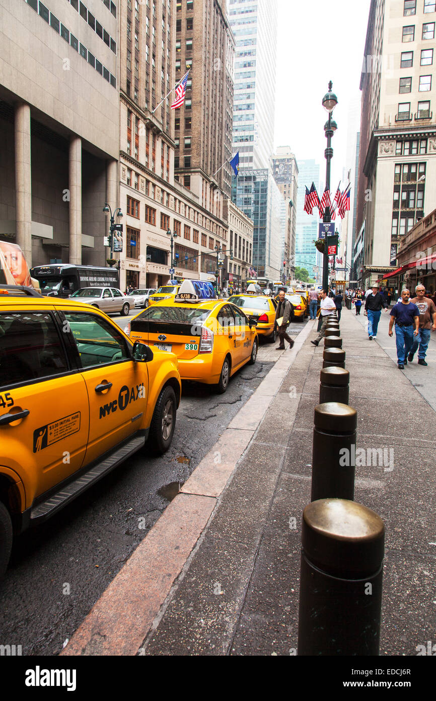 Taxi queue line of cabs yellow taxis Manhattan New York City NY NYC USA America United States - Stock Image