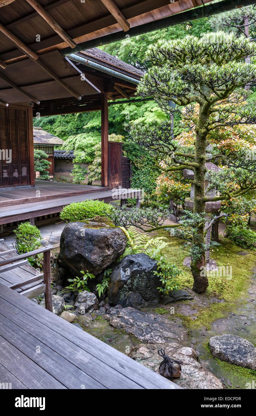 Shinju-an zen temple, Daitoku-ji, Kyoto. A corner of the tea garden with stepping stones and a tsukubai (stone water - Stock Image