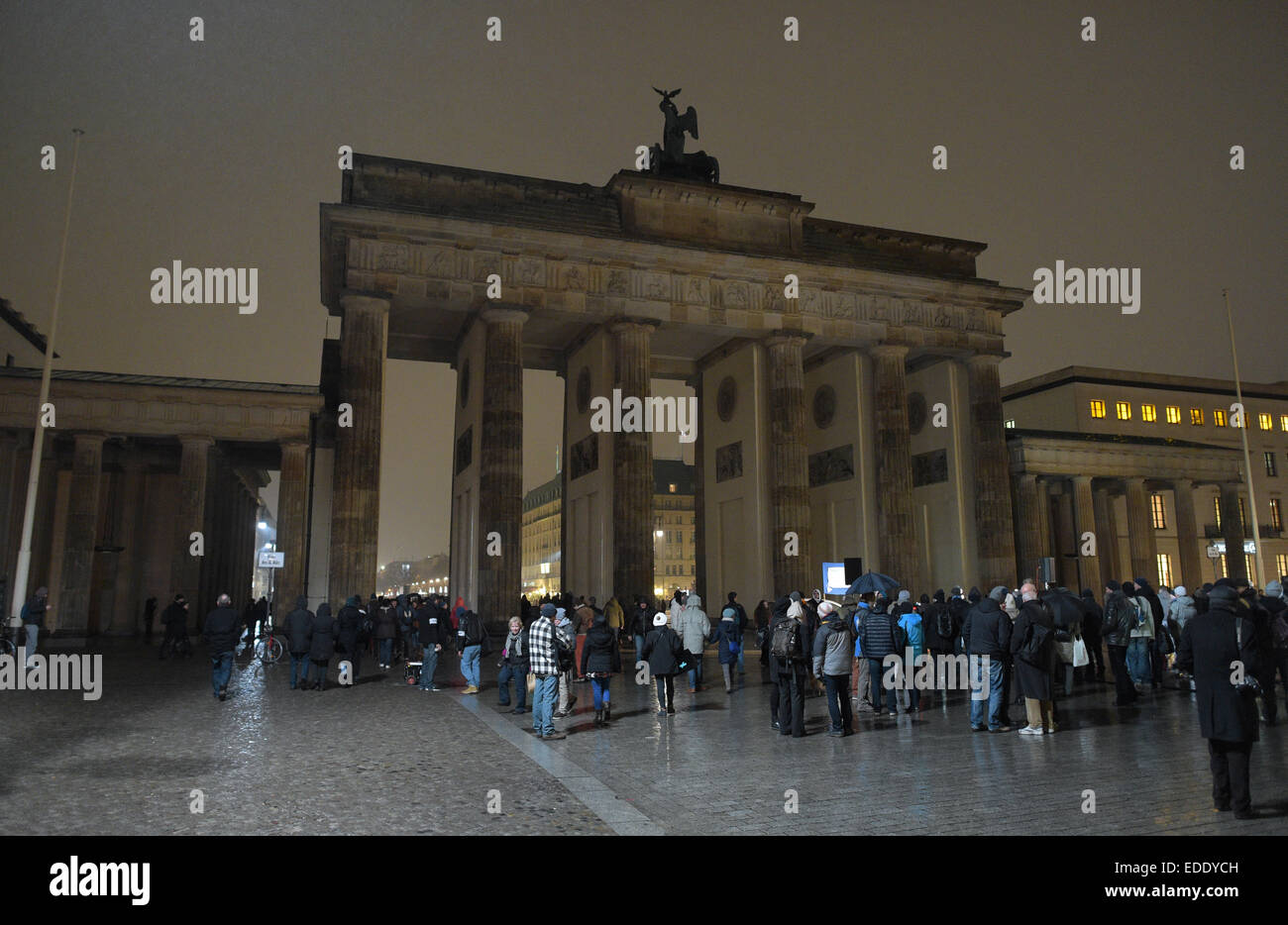 Berlin, Germany. 5th Jan, 2015. Pedestrians walk underneath the unlit Brandenburg Gate in Berlin, Germany, 5 January - Stock Image