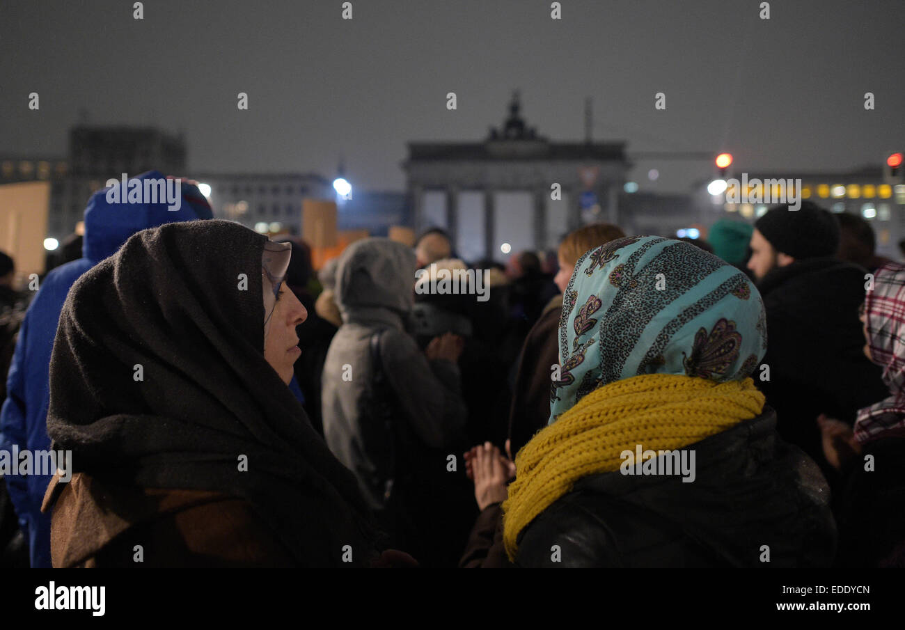 Berlin, Germany. 5th Jan, 2015. Numerous participants have gathered in front of the unlit Brandenburg Gate during - Stock Image