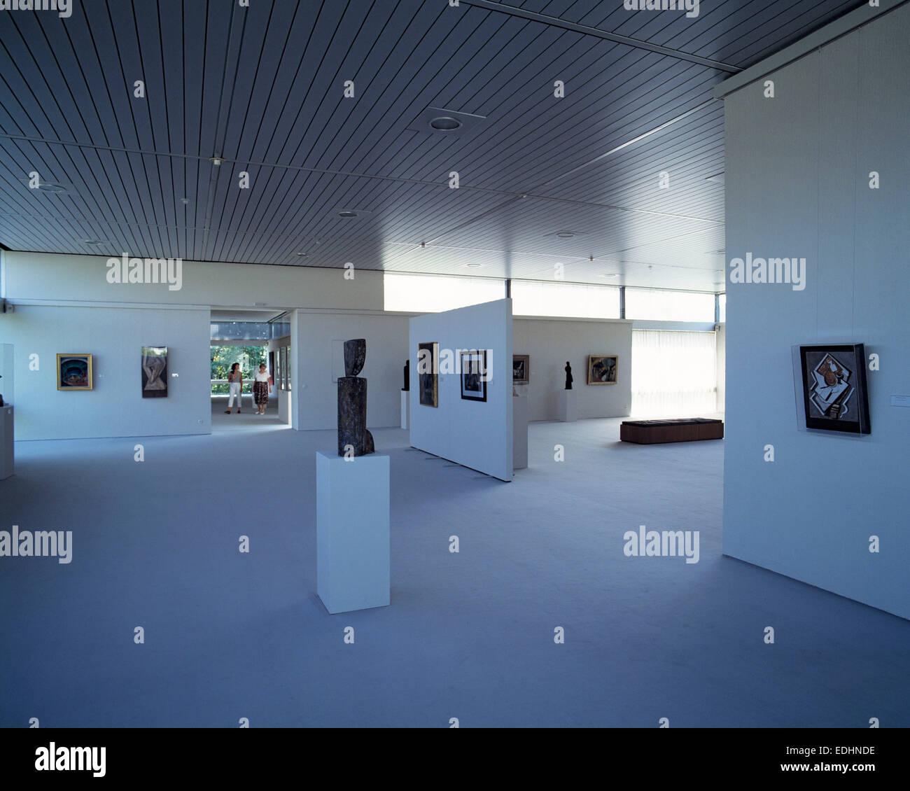 Ausstellungraum und Kunstobjekte, Moderne Galerie im Saarlandmuseum von Saarbruecken, Saar, Saarland Stock Photo