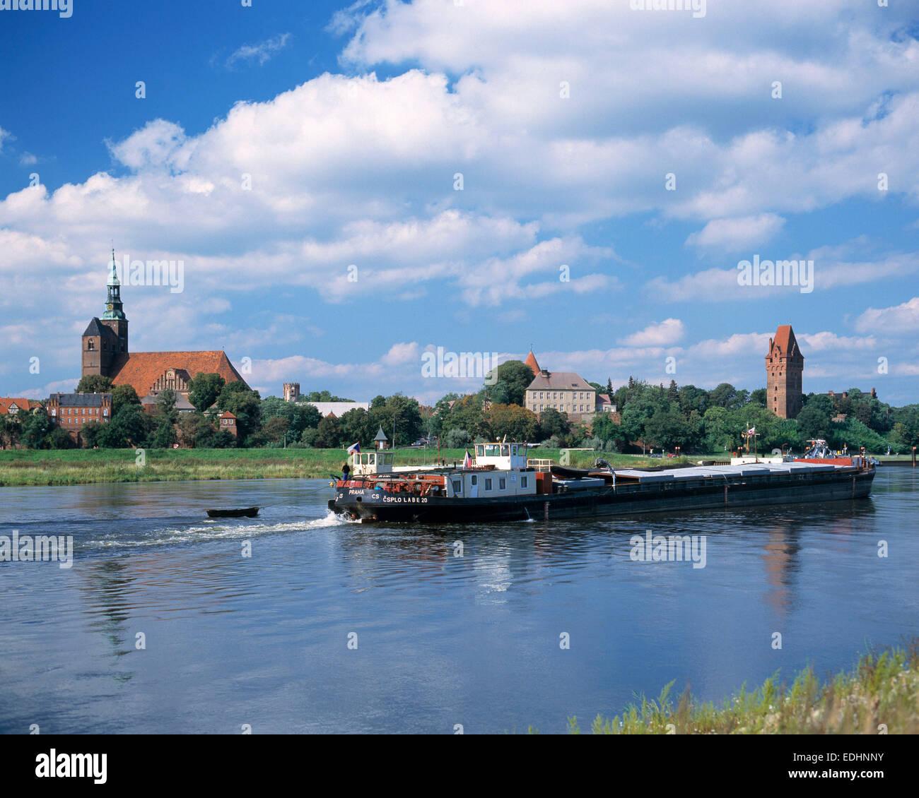 Flusslandschaft der Elbe und Stadtsilhouette mit Stephanskirche, Burg und Kapitelturm, Tangermuende, Altmark, Sachsen Stock Photo