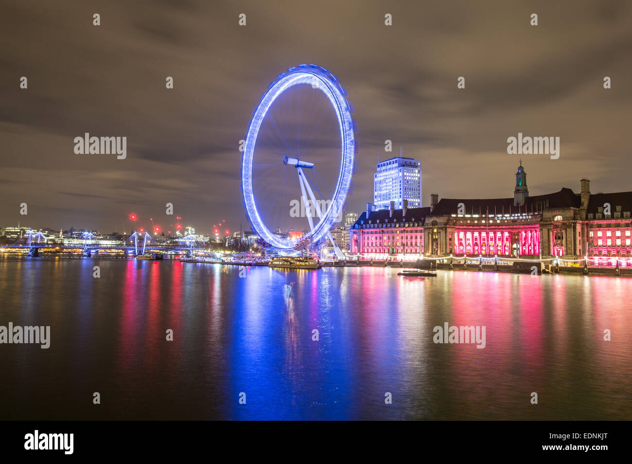 Photography by Roy Riley 0781 6547063 roy@royriley.co.uk  The London Eye at night with reflection and traffic streaks. - Stock Image