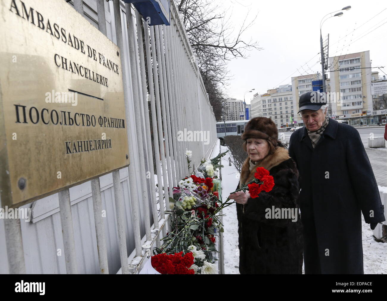 Moscow, Russia. 8th Jan, 2015. People leave flowers outside the embassy of France in Moscow for the victims of the Stock Photo