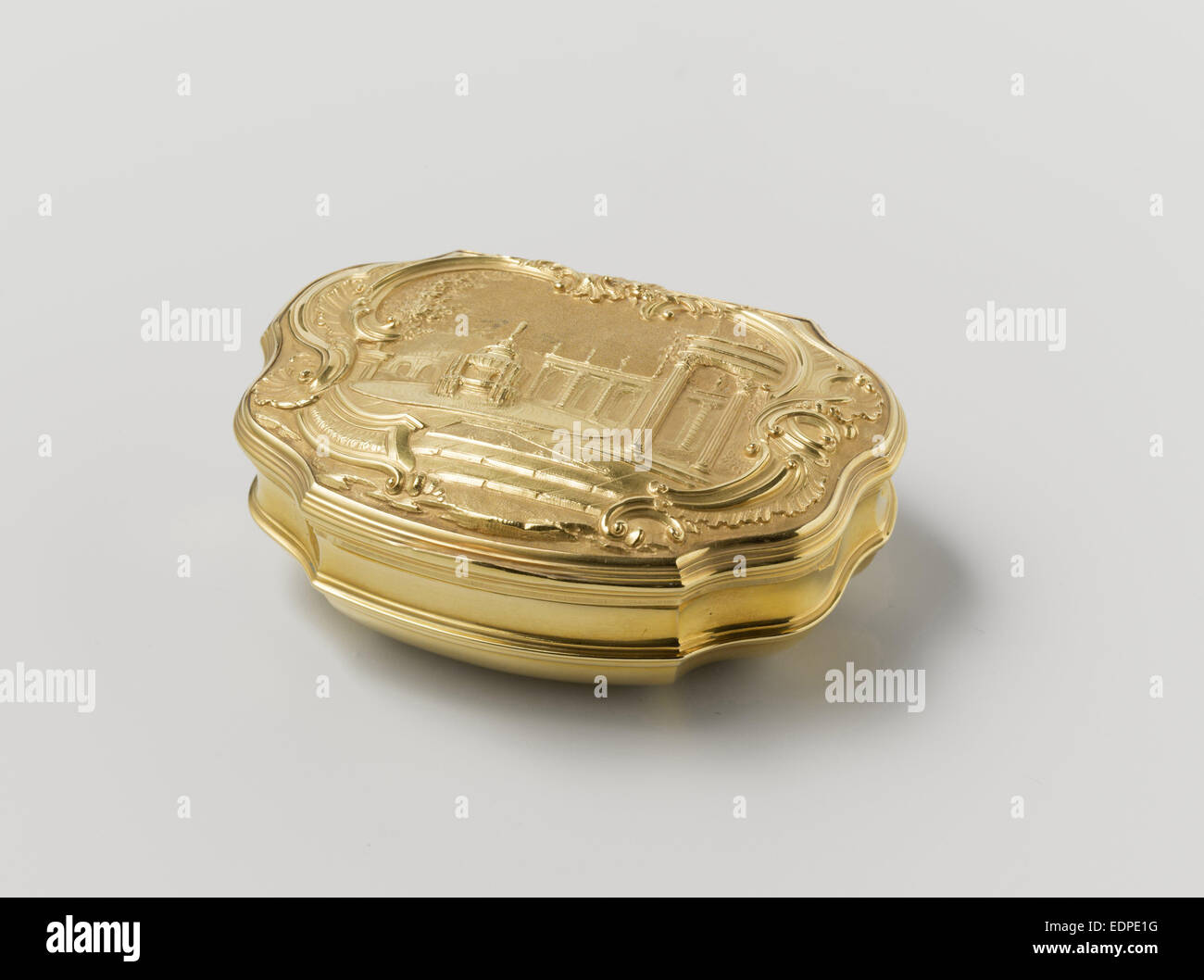 Snuff box of gold, adorned with driven representation of a fountain in a garden, attributed to Jean Saint, 1739 - Stock Image