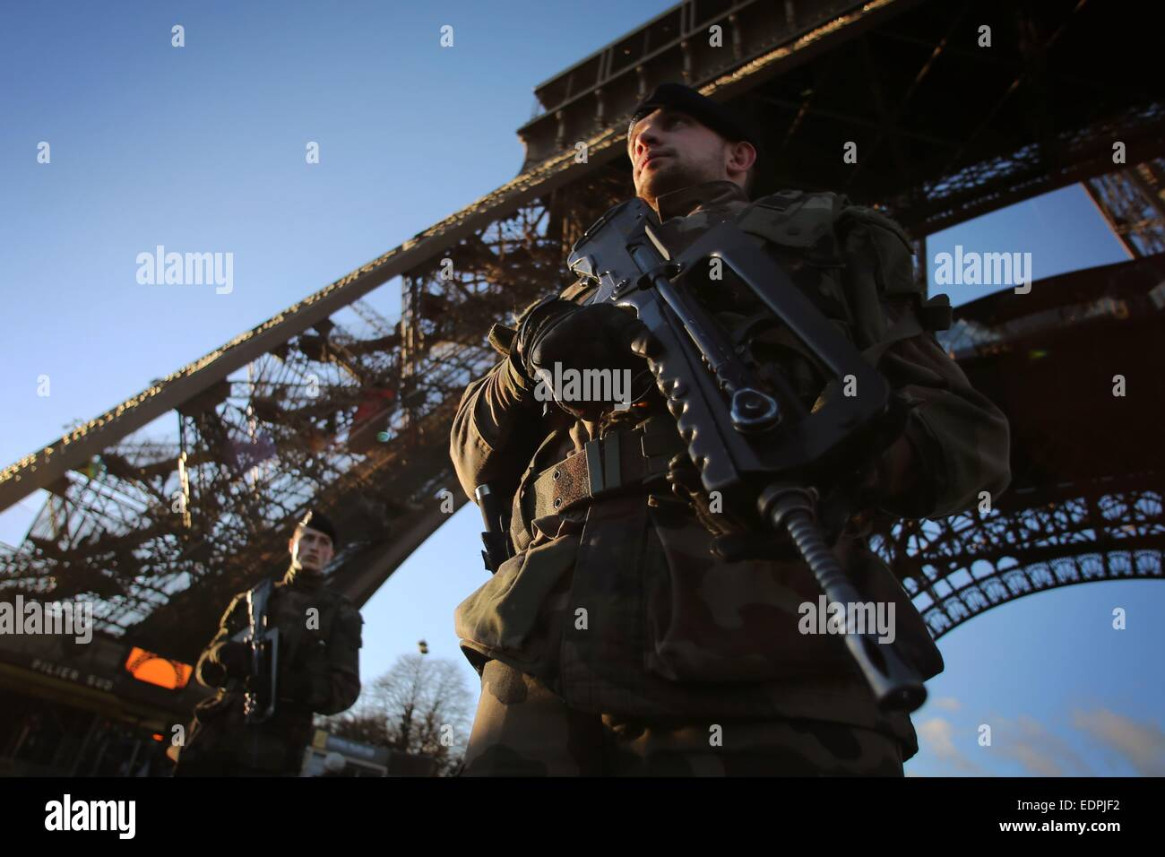 Paris, France. 8th Jan, 2015. Heavily armored soldiers guard the Eiffel Tower in Paris, France, 8 January 2015. Stock Photo