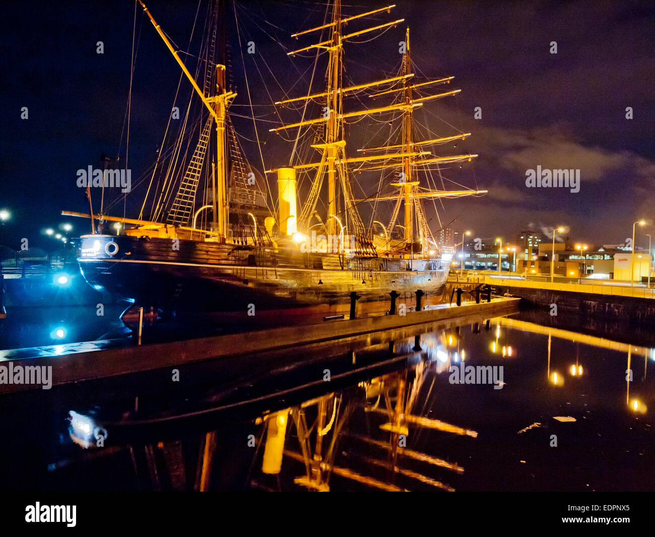 rrs discovery point tay museum visitor centre at night - Stock Image